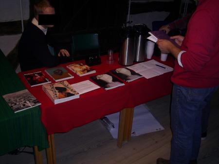 Bokbord gjorde besökarna glada. Te, kaffe eller vin fanns för den som ville ha.